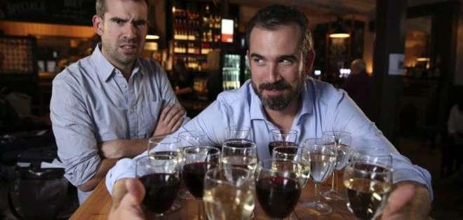 Christopher van Tulleken (izq.) tuvo que beber moderadamente todos los días durante un mes, mientras que su hermano Alexander podía emborracharse una vez a la semana.