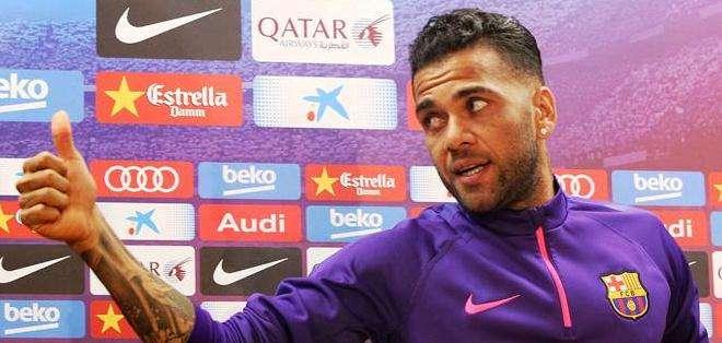 Dani Alves, podría no seguir en el Barcelona la próxima temporada (Foto: EFE)