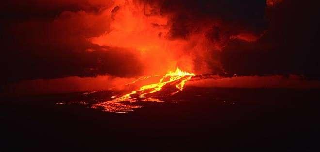 GALÁPAGOS.- La expulsión de lava puede continuar durante varios días o semanas, según las autoridades. Foto: EFE