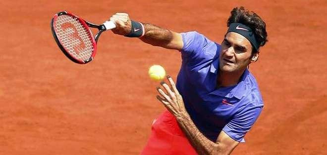 Federer, al momento de un servicio (Foto: EFE)