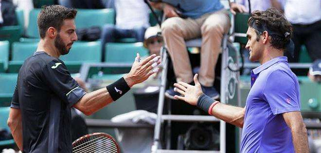 Marcel Granollers y Roger Federer, al final del partido (Foto: EFE)
