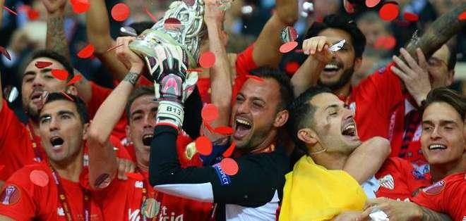 POLONIA.- Es el cuarto trofeo en el palmarés del Sevilla tras los títulos  de 2006, 2007 y 2014. Fotos: EFE.