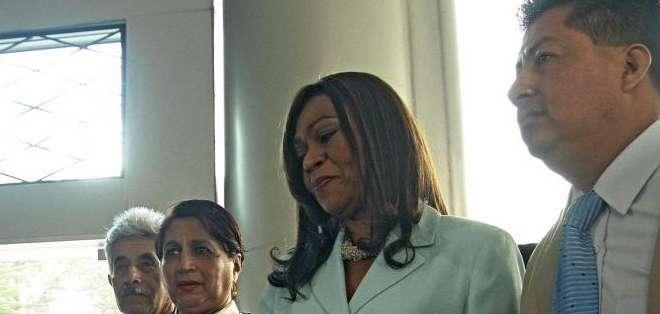 QUITO, Ecuador.- La asambleísta Mae Montaño encabezó la delegación que entregó el pedido formal a la entidad. Fotos: API