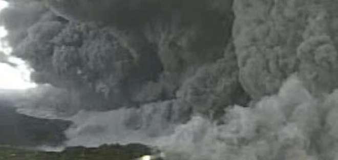 JAPÓN. El magma escupido por el volcán llegó hasta una de las playas de la isla, sin que hayan registrado heridos de gravedad.