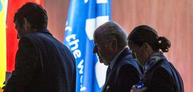 Momento en el cual Blatter abandona el Congreso de FIFA (Foto: EFE)