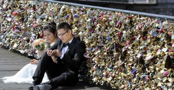 """Las autoridades parisinas comenzarán a retirar los llamados """"candados del amor"""" en lunes."""