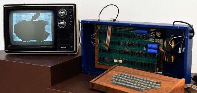 Ejemplar de Apple-I, el primer modelo de computadora creada por Apple, en 1976.