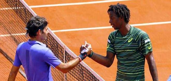 Federer junto a Monfils, al final del encuentro (Foto: EFE)