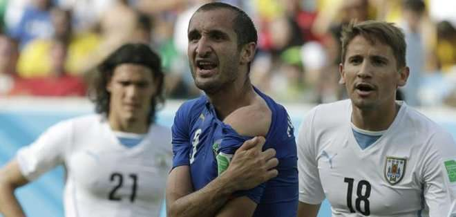 Chiellini mostrando la mordida que recibió de Suárez.