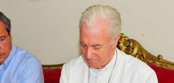 GUAYAS, Ecuador. El prefecto Jimmy Jairala y monseñor Antonio Arregui suscribieron un convenio mediante el cual la Prefectura del Guayas hace un donativo a la Iglesia Católica para solventar los gastos de la visita papal.
