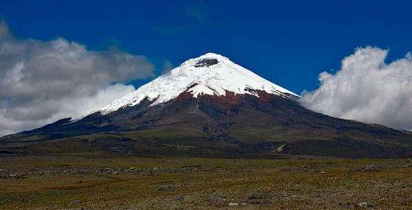 COTOPAXI.- Por el momento el ingreso de los turistas será sólo hasta el refugio porque el olor a azufre en la cima es intenso.  Foto: Web.