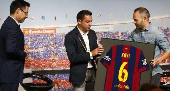 Iniesta le entregó una camiseta firmada a su amigo y capitán. Foto: EFE.