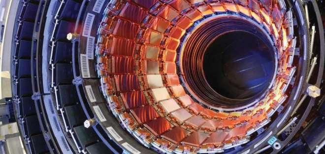 El CERN celebró que la compleja maquinaria que es el LHC esté produciendo datos nuevamente.