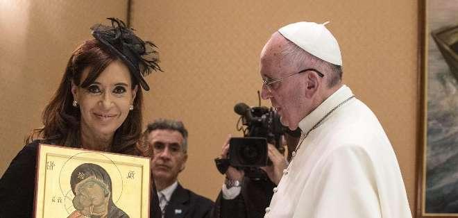 El pontífice le obsequió a la mandataria un icono de la Virgen de la Ternura del siglo XI. Fotos: AFP.
