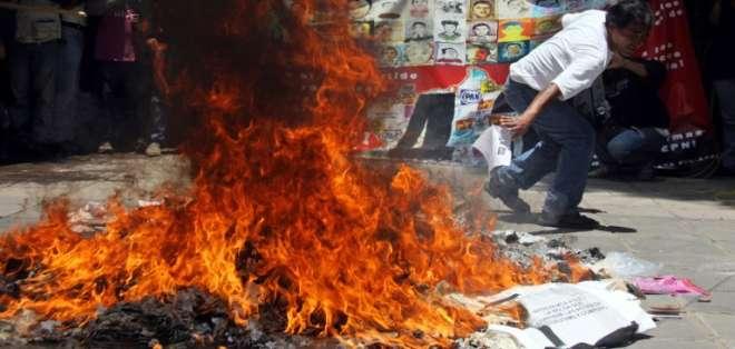 Los simpatizantes del boicot parecían estar cerca de su cometido hacia el mediodía, con 28 casillas electorales quemadas o clausuradas. Fotos: AFP.