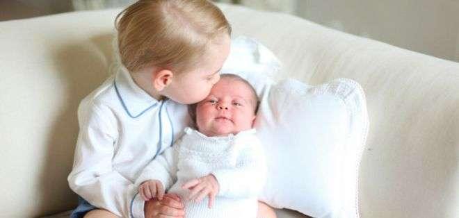 Las fotos fueron tomadas cuando la princesa Charlotte tenía dos semanas. La niña será bautizada el 5 de julio.