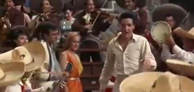 """MÉXICO.- En el vídeo, """"El rey"""" interpreta la famosa canción mexicana """"Guadalajara Guadalajara"""". Foto: Captura Video."""