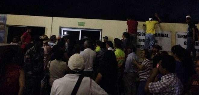 GAlÁPAGOS.- Personal de la Policía y la Armada resguardaron la terminal aérea, para evitar que más manifestantes se colen en la pista. Fotos: Cortesía César Velásteguí.