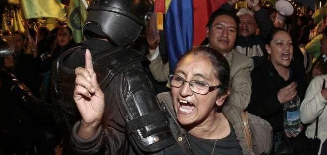 Cientos de personas se manifestaron a favor y en contra del gobierno nacional en Quito. Foto: API