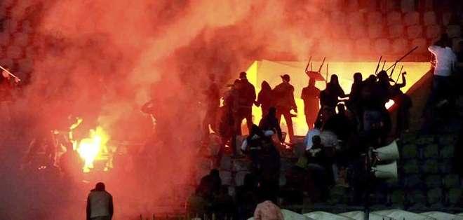 Los violentos disturbios ocurridos en febrero de 2012 durante un partido de fútbol, en los que murieron 74 personas y 254 resultaron heridas. Fotos: EFE.