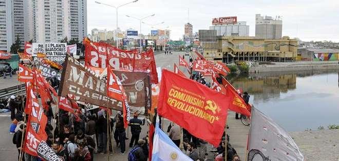 Los convocantes protestan contra las limitaciones en las negociaciones colectivas sobre los aumentos salariales de 2015 que pretende imponer el Gobierno argentino. Fotos: EFE.