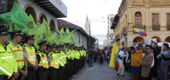 Militantes de Alianza PAIS y ciudadanos opositores, permanecen al pie de la gobernación.del Azuay. Foto: API