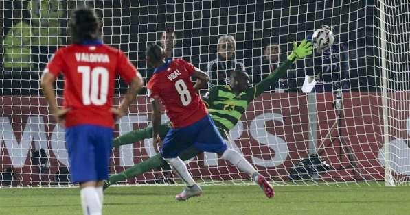 Domínguez no logró atajar el penal de Vidal. Foto: EFE.