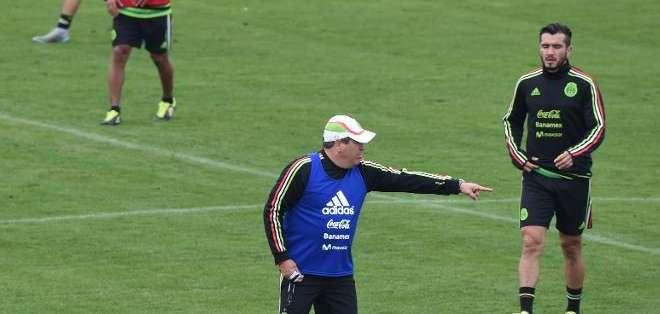El entrenador mexicano Miguel Herrera da instrucciones a sus jugadores durante un entrenamiento en el estadio municipal de Pintana, Santiago, el 11 de junio de 2015