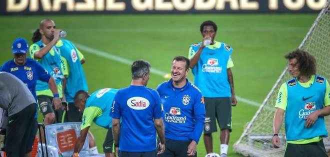 El entrenador de la selección brasileña, Dunga, dirige una sesión de entrenamiento en el estadio de Beira-Rio, en Porto Alegre, Brasil, el 9 de junio de 2015