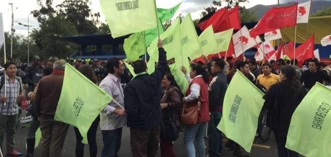 Los sijmpatizantes de Alianza País se concentraron frente a su sede.