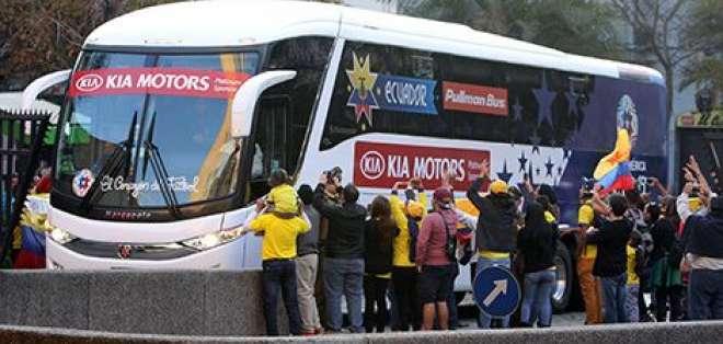 El bus de la selección ecuatoriana fue apedreado a su llegada al estadio Nacional de Santiago.