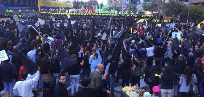 El grupo opositor se ha desplazado por varias calles de la capital desde las 19H30.