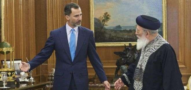 El rey Felipe VI saluda al rabino sefardí Shlomo Moshe Amar, durante una reciente visita a España.