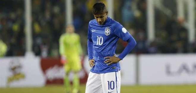 El brasileño Neymar es blanco de críticas en su país tras la expulsión en el partido ante Colombia.