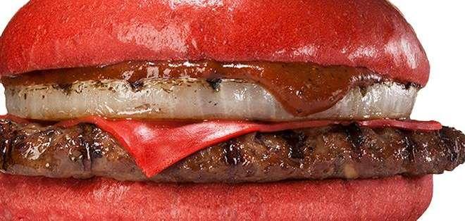JAPÓN.- La coloridas hamburguesas llevan polvo de tomate en el pan y están aderezada con una salsa de guindilla y pasta miso de color rojo. Foto: EFE