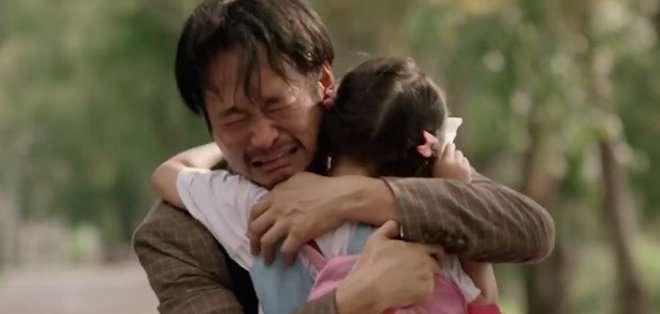 """. El video de YouTube culmina afirmando que """"el futuro de los niños vale cada abrazo""""."""