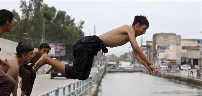 PAKISTÁN.- La temperatura en el sur de Pakistán empezó a bajar este miércoles después de la ola de calor que dejó más de 859 muertos en los últimos días. Fotos: EFE