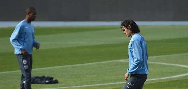 El jugador uruguayo de fútbol Edinson Cavani (D) en una práctica en Santiago, el 23 de junio de 2015
