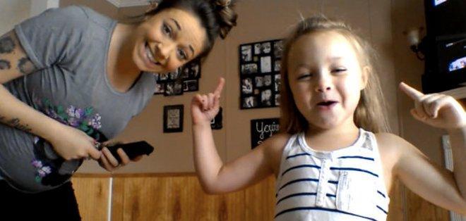 Una mujer embarazada de 8 meses y su hija de 6 años han convertido su increíble coreografía en un nuevo fenómeno viral.