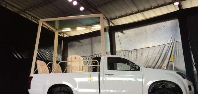 El papamóvil fue presentado hoy en el fuerte militar Huancavilca. Fotos: API.