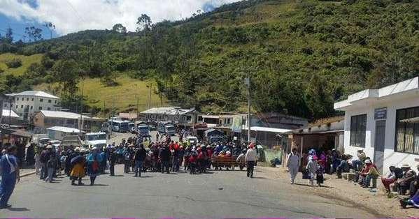 Los campesinos se concentraron para realizar una asamblea y tratar sobre el archivo de algunas leyes promulgadas por el Gobierno. Foto: La Voz del Tomebamba.