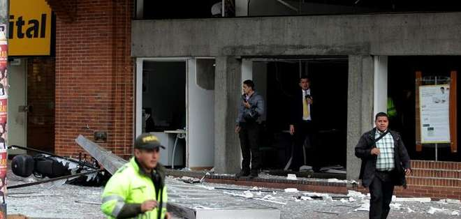 BOGOTÁ, Colombia. En ambos casos, desconocidos alertaron por teléfono que habían dejado una bomba en las instalaciones, lo que permitió desalojar las oficinas. Fotos: EFE
