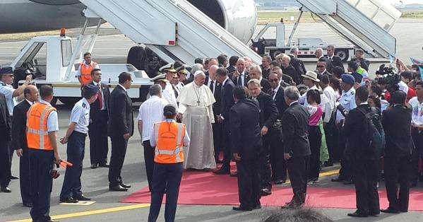 Francisco demostró nuevamente su sencillez al tomarse fotos con varios fieles que lo esperaban en la base aérea Simón Bolívar. Fotos: Twitter.