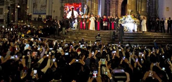 Francisco se detuvo ante una imagen de la Virgen María y colocó un ramo de rosas y un rosario. Foto: Captura de Pantalla Ecuavisa