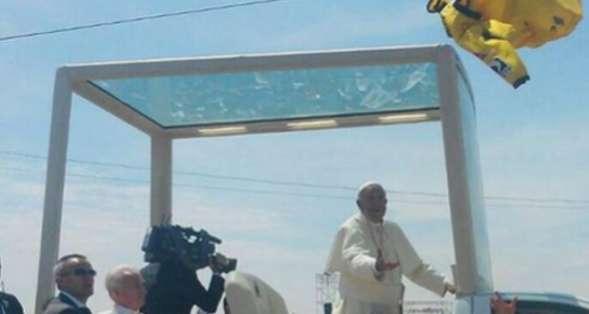 El papa estiró la mano para recibir la camiseta. Foto: Twitter.