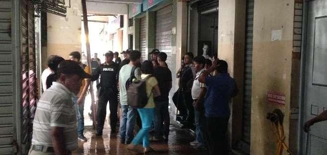GUAYAQUIL.- Los comerciantes del sector vieron salir humo de los inmuebles afectados cerca de las 15h00. Fotos: Cortesía César Velástegui.
