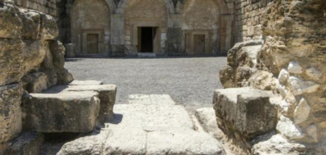 El ladrón devolvió las piedras e hizo un llamamiento a evitar los saqueos. Foto: AFP