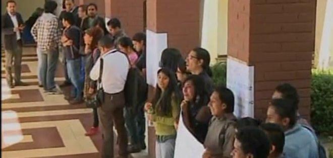 Varios de los agredidos serían supuestos militantes del movimiento Carlos Mariátegui, opuesto a la actual administración de la FEUE de Quito. Foto: Captura de video