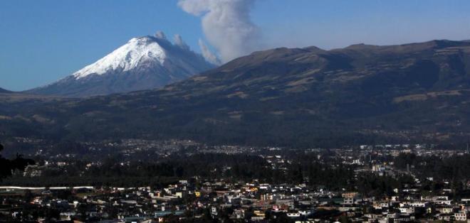 ECUADOR.- Una leve emisión de ceniza se registró hoy en el volcán Cotopaxi, cuyas áreas de influencia se encuentran en alerta amarilla. Vista desde el Valle de los Chillos en Quito. Foto: API