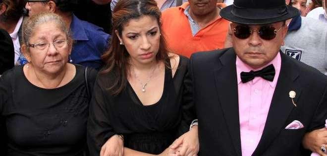 GUAYAQUIL.- En la imagen (c) está Samantha Grey hija de Sharon junto a su abogado defensor. Foto: API, Archivo.